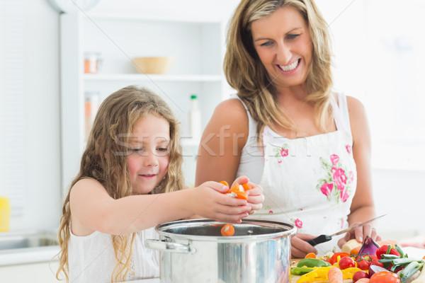 улыбаясь матери дочь рабочих кухне овощей Сток-фото © wavebreak_media