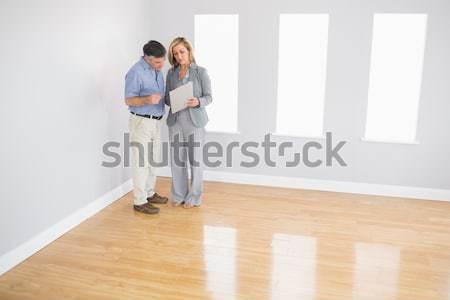 Donna home finestra parlando immobiliari Foto d'archivio © wavebreak_media