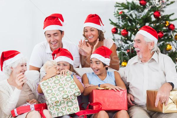 Stok fotoğraf: Küçük · kız · açılış · Noel · sunmak · kanepe · aile