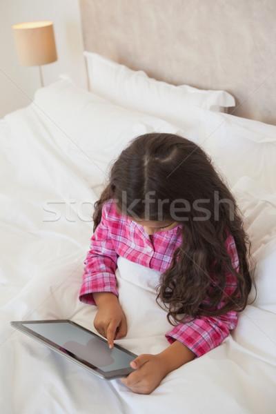Młoda dziewczyna cyfrowe tabletka bed widoku Zdjęcia stock © wavebreak_media