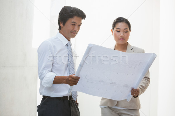 агент по продаже недвижимости покупатель глядя план пусто дома Сток-фото © wavebreak_media