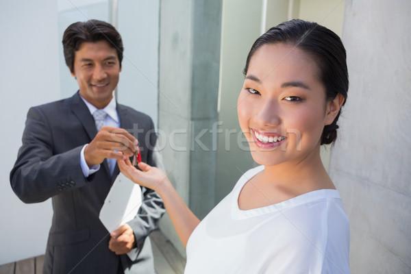 Immobilienmakler Haus Schlüssel Käufer außerhalb Mann Stock foto © wavebreak_media