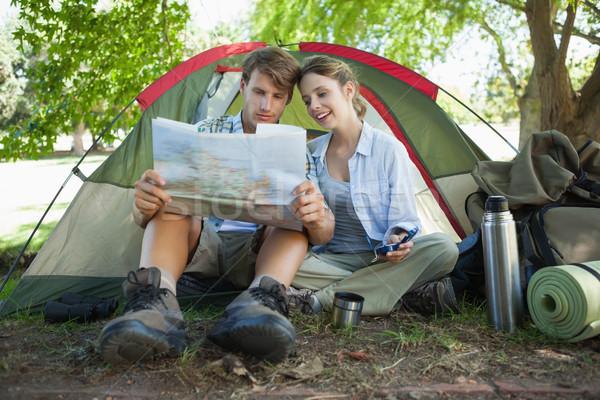 Bonitinho casal sessão tenda leitura mapa Foto stock © wavebreak_media