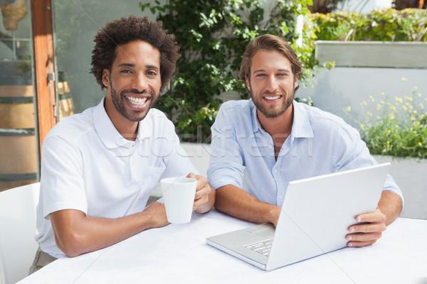 Foto stock: Dois · amigos · café · juntos · laptop
