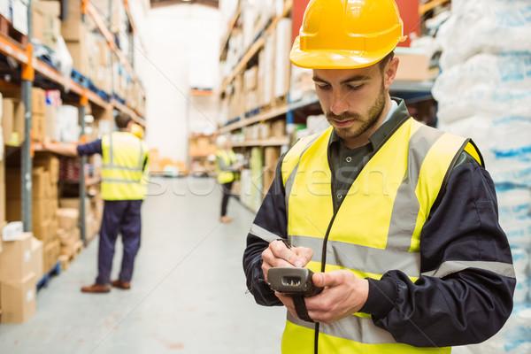 Koncentruje pracownika żółty kamizelka Zdjęcia stock © wavebreak_media