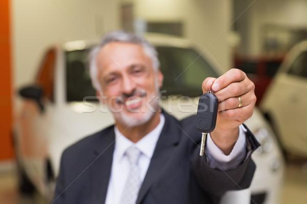 Sorridente vendedor cliente chaves do carro sala de exposição Foto stock © wavebreak_media