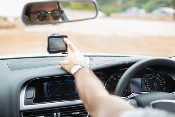 Człowiek satelitarnej nawigacja samochodu życia posiedzenia Zdjęcia stock © wavebreak_media