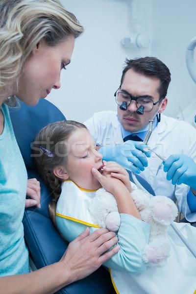 Fogorvos megvizsgál lányok fogak asszisztens fogorvosok Stock fotó © wavebreak_media