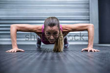 Muscular mujer flexiones frente vista crossfit Foto stock © wavebreak_media