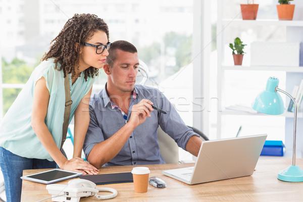 üzletember mutat munka laptop figyelmes kolléga Stock fotó © wavebreak_media