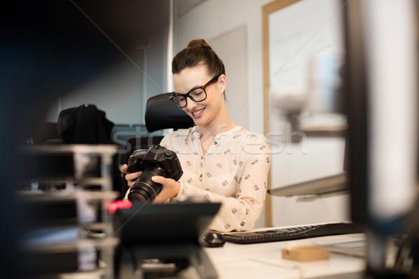 улыбаясь женщины фотограф камеры Creative служба Сток-фото © wavebreak_media