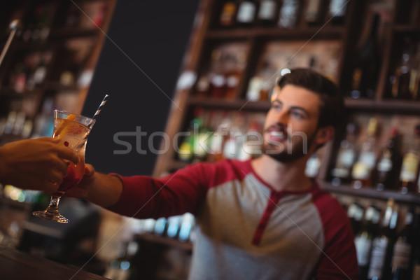 Weiblichen bar zärtlich Glas Cocktail Kunden Stock foto © wavebreak_media