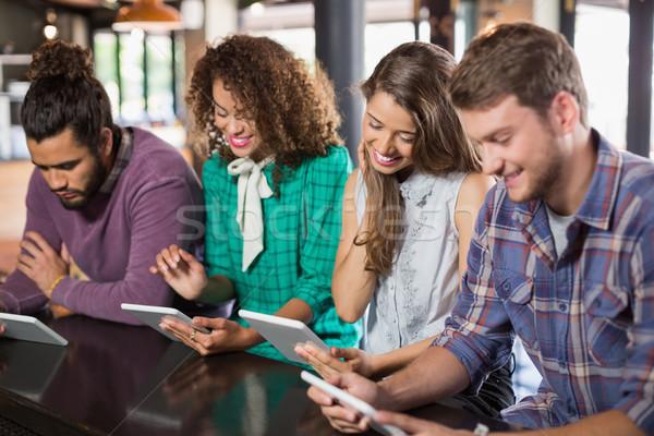 Barátok digitális tabletta étterem ül nő Stock fotó © wavebreak_media
