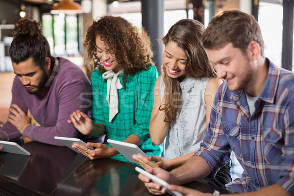 Amigos digital tableta restaurante sesión mujer Foto stock © wavebreak_media