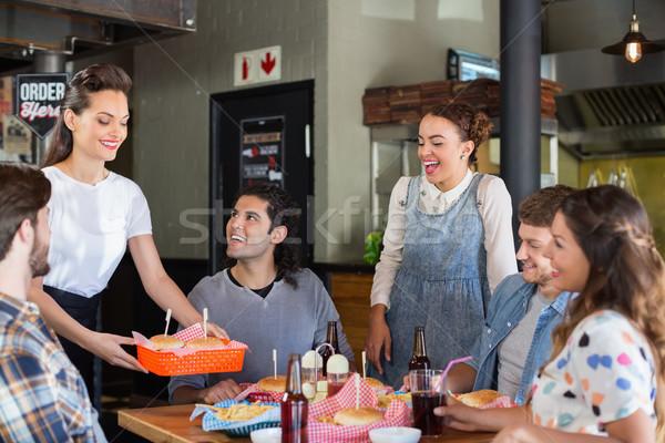 Barátok néz pincérnő adag étel étterem Stock fotó © wavebreak_media