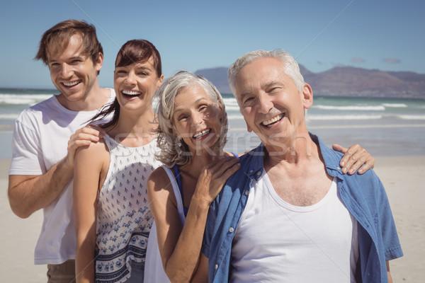 Portret szczęśliwą rodzinę stałego rząd plaży Zdjęcia stock © wavebreak_media