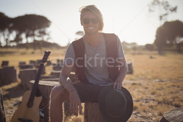 Portret glimlachend jonge man vergadering gitaar boom Stockfoto © wavebreak_media