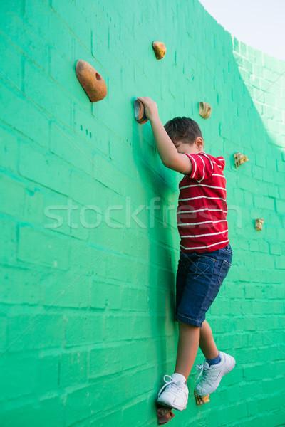 Bonitinho menino escalada parede recreio escolas Foto stock © wavebreak_media