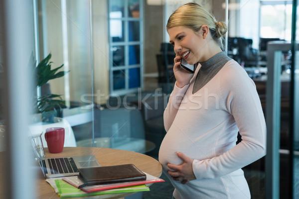 Incinta imprenditrice parlando cellulare ufficio donna Foto d'archivio © wavebreak_media