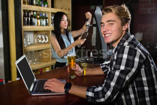 Man bier met behulp van laptop bar counter portret Stockfoto © wavebreak_media