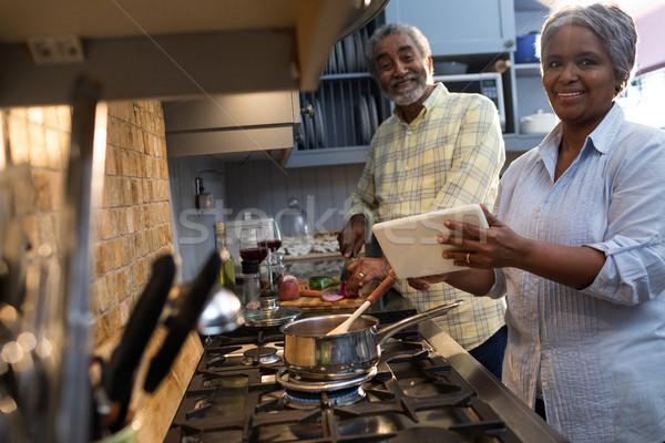 Portré mosolyog pár ételt készít konyha otthon Stock fotó © wavebreak_media