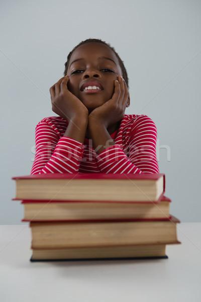 Colegiala relajante libros blanco retrato Foto stock © wavebreak_media