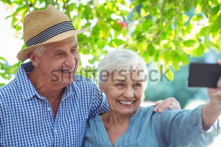 Starszy para wskazując widoku posiedzenia ławce uśmiechnięty Zdjęcia stock © wavebreak_media