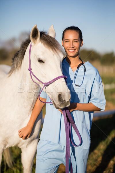 портрет улыбаясь женщины ветеринар лошади Постоянный Сток-фото © wavebreak_media