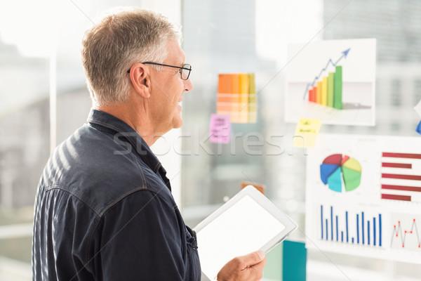Uśmiechnięty biznesmen patrząc wykresy ściany Zdjęcia stock © wavebreak_media