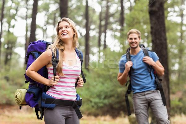 Jovem feliz andarilho casal natureza mulher Foto stock © wavebreak_media