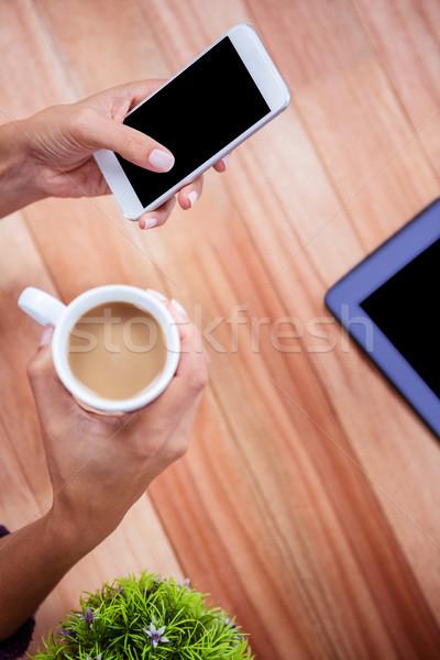 女人 手 智能手機 咖啡 片劑 商業照片 © wavebreak_media