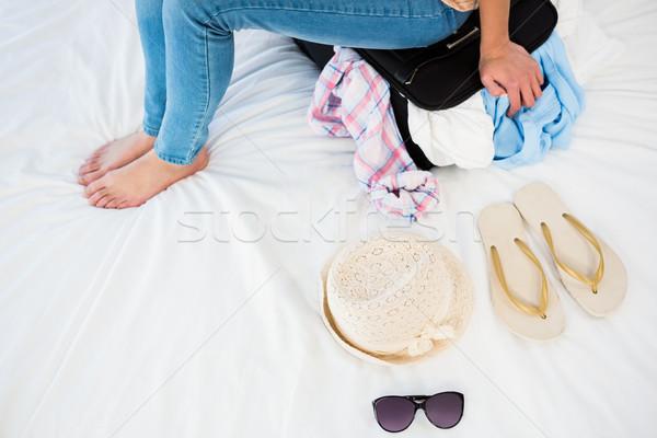 Mujer sesión maleta casa cama bolsa Foto stock © wavebreak_media