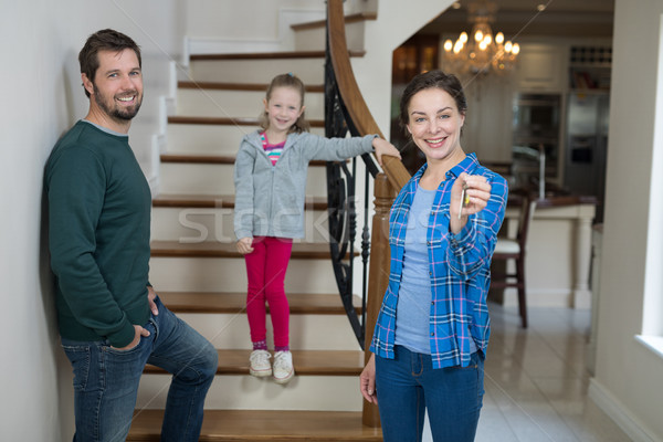 Donna casa chiave seduta scale Foto d'archivio © wavebreak_media