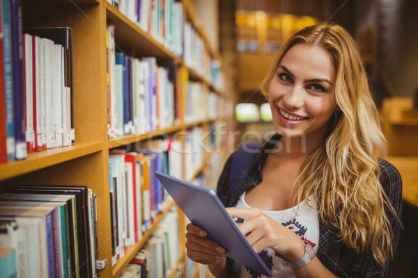 Mosolyog diák tabletta könyvtár nő boldog Stock fotó © wavebreak_media