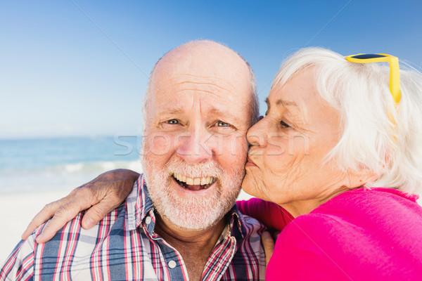 Senior donna bacio marito spiaggia uomo Foto d'archivio © wavebreak_media