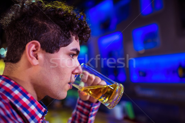 Homem potável cerveja boate moço bar Foto stock © wavebreak_media