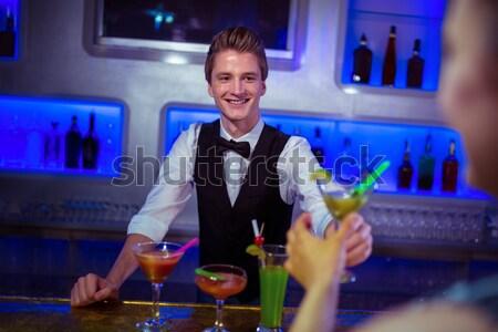 Uśmiechnięty człowiek cyfrowe tabletka bar Licznik Zdjęcia stock © wavebreak_media