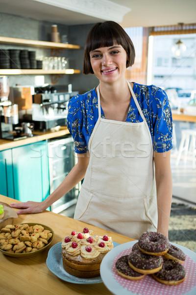 Glimlachend serveerster permanente desserts snacks counter Stockfoto © wavebreak_media