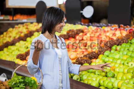 Feminino pessoal em pé orgânico seção supermercado Foto stock © wavebreak_media