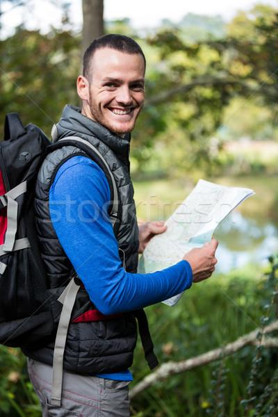Mężczyzna turysta Pokaż lasu portret Zdjęcia stock © wavebreak_media