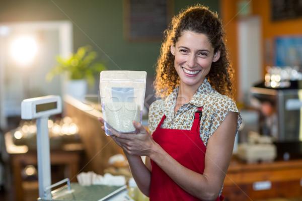 Mosolyog női személyzet tart élelmiszer tétel Stock fotó © wavebreak_media