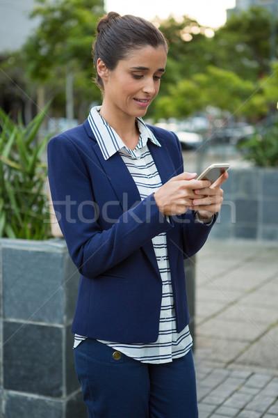 Negócio executivo telefone móvel cidade edifícios mulher Foto stock © wavebreak_media