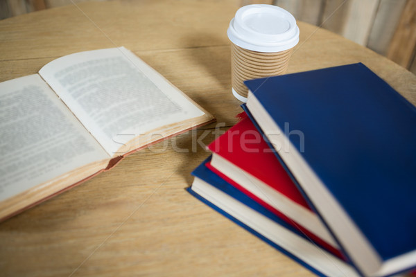 Libros desechable taza de café mesa Servicio libro Foto stock © wavebreak_media