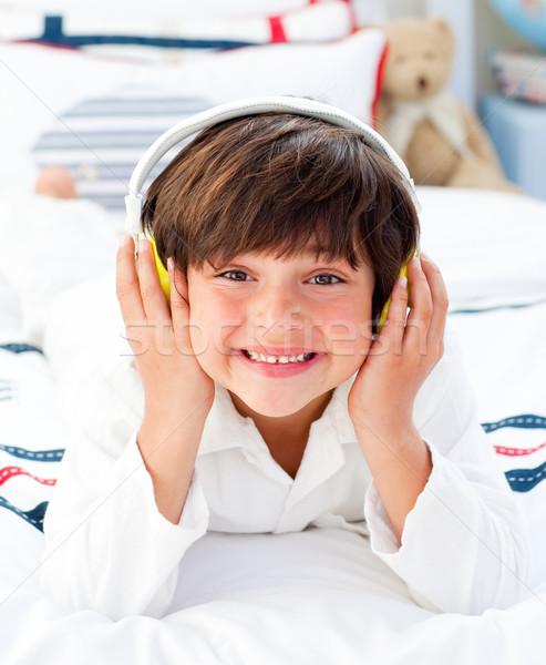 Szczęśliwy mały chłopca słuchania muzyki słuchawki Zdjęcia stock © wavebreak_media