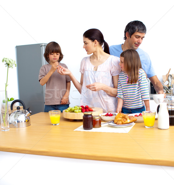 Vrolijk jonge familie ontbijt keuken vrouw Stockfoto © wavebreak_media