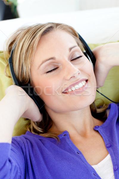 Vrouw luisteren muziek home Stockfoto © wavebreak_media