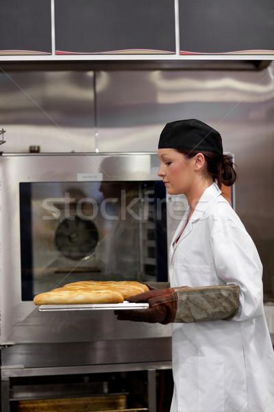 Encantador jovem padeiro baguettes cozinha mulher Foto stock © wavebreak_media