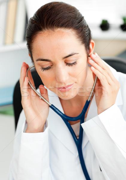 Concentrado hispânico médico estetoscópio sessão secretária Foto stock © wavebreak_media