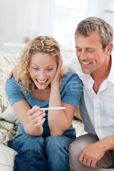 Feliz amantes mirando prueba del embarazo casa mujer Foto stock © wavebreak_media