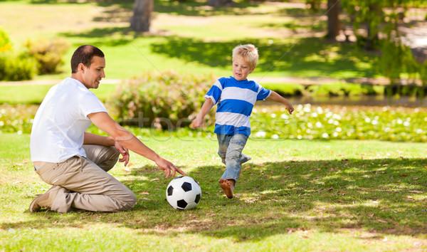 Padre jugando fútbol hijo parque mano Foto stock © wavebreak_media